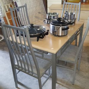 Dining table and 4 chairs 85€